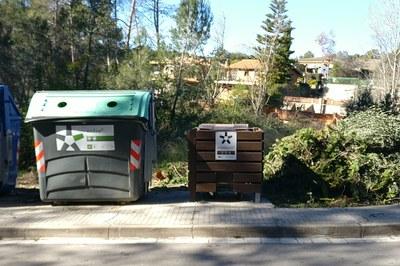 La valla que se está instalando en las urbanizaciones es de plástico reciclado y tiene una apertura para poder accionar el pedal del contenedor (foto: Ayuntamiento).
