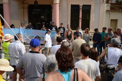 Ana María Martínez, el resto de concejales y representantes de los grupos municipales han escuchado atentamente las reivindicaciones de los integrantes de la marcha (foto: Localpres).
