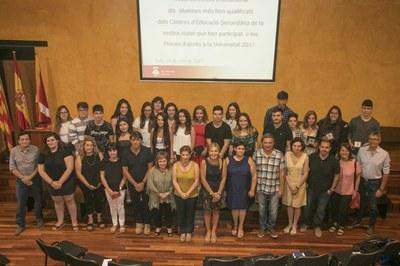 La alcaldesa y la concejala, con los alumnos reconocidos y los directores de los centros (foto: Localpres).