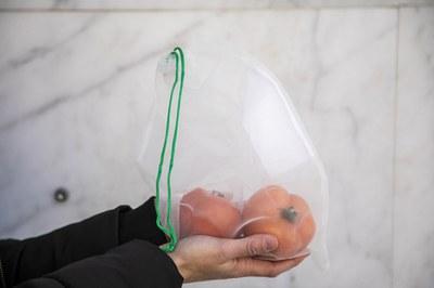 La bolsa de malla reutilizable permite comprar sin generar residuos (foto: Ayuntamiento de Rubí - Lali Puig).