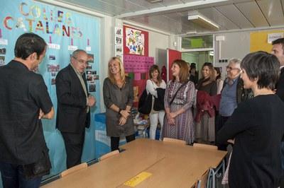 El conseller, acompañado de la alcaldesa, la concejala y el director de la Escuela del Bosc (foto: Cesar Font).