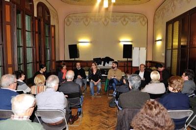 La reunión con los vecinos de la calle Colom se ha celebrado este jueves por la tarde en el Ateneu Municipal (foto: Localpres).