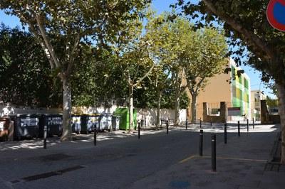Actualmente, la zona de acceso a la Escuela Pau Casals cuenta con una batería de contenedores en un lateral.