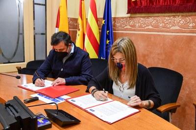 La alcaldesa y el gerente de concesiones de Agbar, firmando el convenio (foto: Ayuntamiento de Rubí - Localpres).