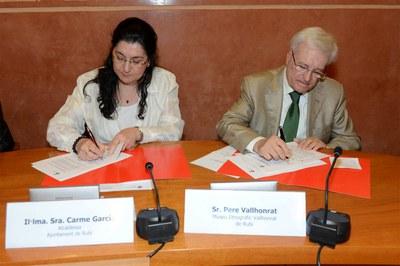 La alcaldesa y el director del Museu Etnogràfic Vallhonrat firmando el convenio (foto: Localpres).