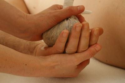 Los masajes son una buena manera de mejorar la rigidez característica del Parkinson.