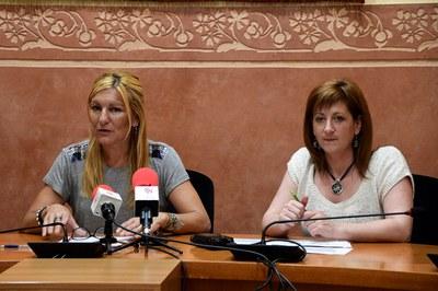 La alcaldesa y la concejala del Área de Servicios a las Personas (foto: Localpres).