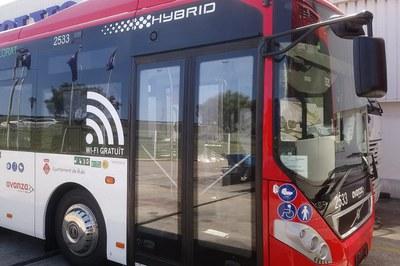 En el interior de los buses, guardad la distancia mínima de seguridad (foto: Ayuntamiento de Rubí) .