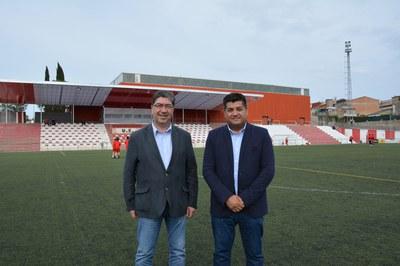 El concejal de Depotres, Juan López, y el presidente de la UE Rubí, Josep Alcalà, ante las nuevas gradas cubiertas de Can Rosés.
