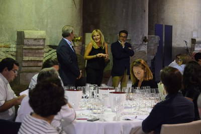La alcaldesa, Ana María Martínez, ha alentado al jurado a disfrutar del proceso de selección de los mejores vinos de Cataluña (foto: Localpres).