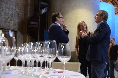 La alcaldesa, Ana María Martínez, y el concejal de Desarrollo Económico Local, Rafael Güeto, conversando con el director de los Premios Vinari, Joan Nebot (foto: Localpres)