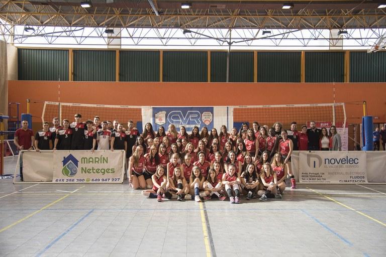 Foto de familia del Club Voleibol Rubí (foto: Ayuntamiento – Efrén Montoya)