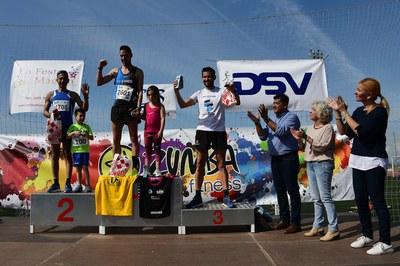 La alcaldesa, el concejal de Deportes y la directora del Colegio Balmes, entregando los trofeos de la carrera (foto: Localpres).
