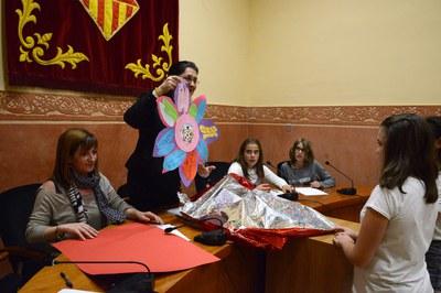 Los miembros del consejo han entregado a la alcaldesa una flor con frases de agradecimiento (foto: Localpres)