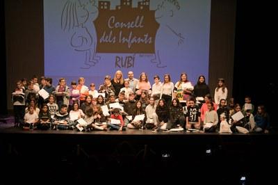 El Consejo de los Adolescentes, junto con el Consejo de los Niños, durante el acto de constitución celebrado en noviembre (foto: Ayuntamiento de Rubí - Localpres).
