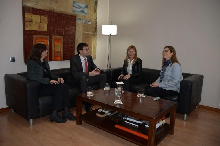Durante su visita a la ciudad, el conseller ha mantenido una reunión de trabajo con la alcaldesa y la concejal (foto: Localpres)
