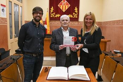 Albert Sans, con la alcaldesa y el concejal de Cultura (foto: Ayuntamiento - Localpres).