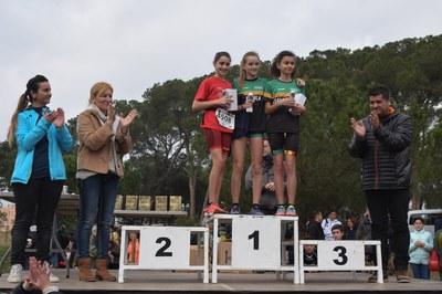 La alcaldesa, el concejal de Deportes y la presidenta de la UAR, acompañando a algunas de las deportistas en el podio (foto: Localpres).