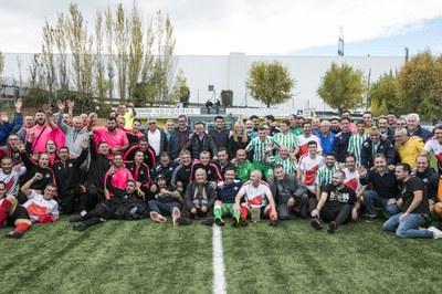 La alcaldesa y el regidor de deportes con los equipos del cuadrangular (foto: Lali Puig).