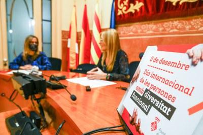 La alcaldesa y la regidora de servicios sociales han presentado los actos del 3 de diciembre (foto: Ayuntamiento de Rubí – Lali Puig).