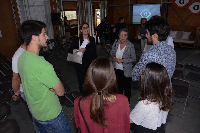Mas, conversando con algunos de los alumnos de la ETSAV (foto: Localpres)