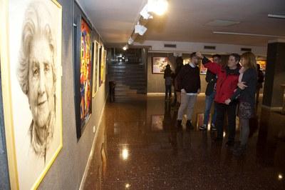 El pintor Miquel Mas explica su obra a la alcaldesa, Ana María Martínez (foto: Localpres).