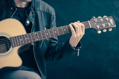 Uno de los talleres que se han programado este primer trimestre del año es un curso de guitarra.