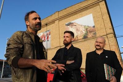 El fotógrafo Juan Diego Valera habla sobre su obra acompañado del concejal de Cultura, Moisés Rodríguez, y del director del festival, Carles Mercader (foto: Localpres).