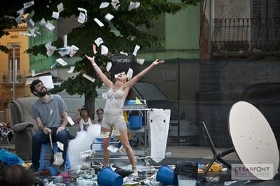 """""""Wet floor"""", uno de los espectáculos que se han podido ver en la plaza Doctor Guardiet (foto: Cèsar Font)."""