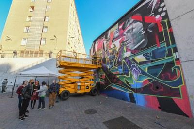 La alcaldesa al grafiti del Cruce – Centro Cívico del Pinar (foto: Ayuntamiento de Rubí – Localpres).