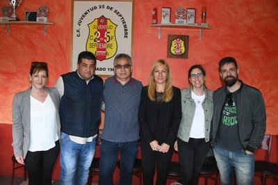 Parte del equipo de gobierno con el responsable del club (Foto: Localpres).