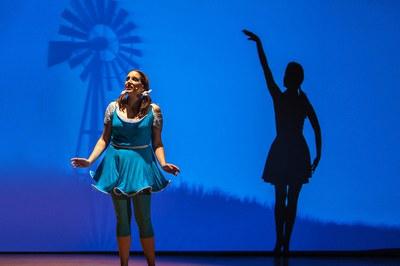 """""""El Mago de Oz"""" juega con la danza y las sombras (foto: www.believeteatro.org)."""