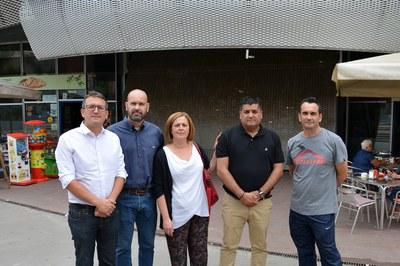 Los miembros de la Associació d'Adjudicataris del Mercat, con el concejal de Comercio, Rafael Güeto, y el concejal de Deportes, Juan López.