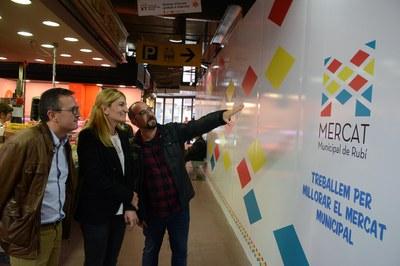 La alcaldesa Ana María Martínez y el concejal Rafael Güeto, en el Mercado Municipal (foto: Localpres).