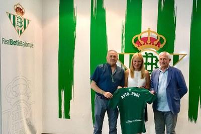 Rafael Gordilo y Demetrio Oliver con la alcaldesa de Rubí (foto: cedida) .