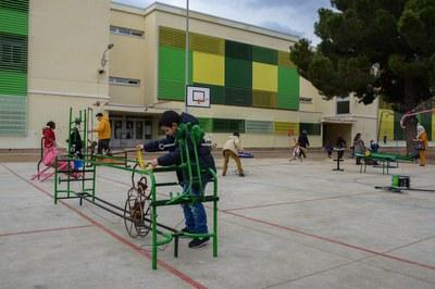 El primer día de apertura del patio de la Escuela Pau Casals ha sido amenizado por los juegos gigantes de la cía. Katakrak (foto: Localpres).