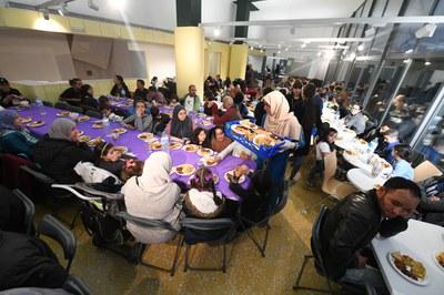 La cena tuvo lugar dentro del edificio La Cruïlla a causa de la lluvia (foto: Ayuntamiento de Rubí – Localpres).