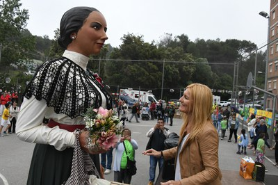 La alcaldesa durante la ofrena a la Geganta Lola (Foto: Loclapres).