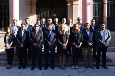 El presidente con los concejales a las puertas del Ayuntamiento de Rubí (foto: Localpres)