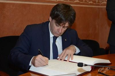 Puigdemont firmando el libro de honor de la ciudad (foto: Localpres)