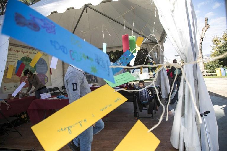 Los asistentes a la jornada han podido expresar sus propuestas anotándolas en unas tarjetas (foto: Lali Puig)
