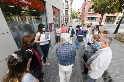 El recorrido se ha iniciado en Narcís Menard, donde hay instalados los adoquines dedicados a los hermanos Aragonès Campderròs (foto: Ayuntamiento de Rubí - Localpres).