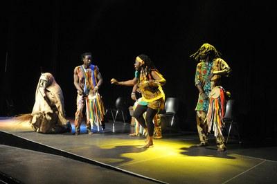Una vez entregados los galardones, ha tenido lugar la actuación del grupo africano Djilandiang, seguido de un vermut (foto: Localpres)