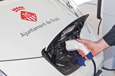 El Ayuntamiento instaló una fotolinera en la Masía de Can Serra que, entre otros, permite cargar vehículos eléctricos de forma gratuita.