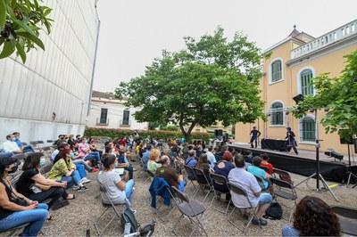 """El espectáculo """"Trash"""", en los jardines del Ateneu (foto: Ayuntamiento de Rubí - Localpres)."""