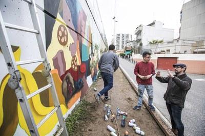 El concejal de Medio Ambiente, Moisés Rodríguez, ha observado la evolución del grafiti de la campaña Excusas o separas (foto: Lali Puig)