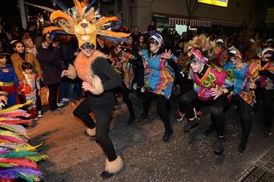 La comparsa de la escuela de baile 8 Temps durante el desfile (foto: Localpres).