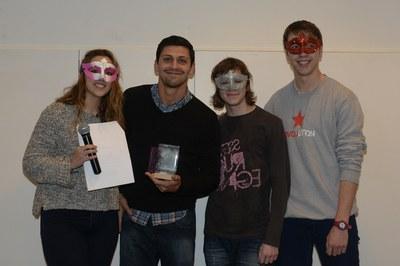 La escuela 8 Temps, recogiendo el premio (foto: Localpres)