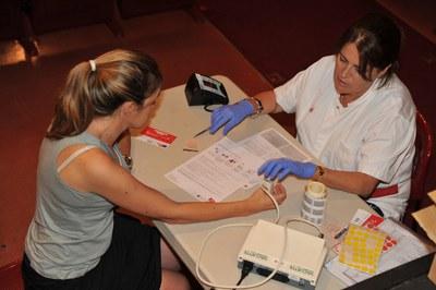 Una donante tomándose la tensión (foto: Localpres)