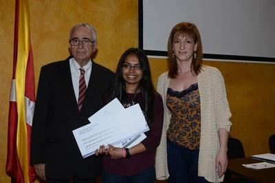Jaume Segura y Marta García, con Arwa Mehmood, la ganadora del 17º Premio de investigación Miquel Segura (foto: Localpres).